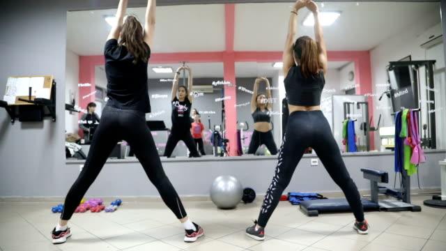 frauen gruppe aerobic machen - menschlicher muskel stock-videos und b-roll-filmmaterial