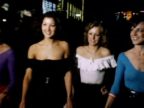 female guests arrive for 'grease' film premiere 13 september 1978 - 映画プレミア点の映像素材/bロール