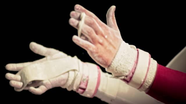 vídeos y material grabado en eventos de stock de mo hembra de san luis obispo de las palmas de las manos envuelven juntos gimnasta - magnesio