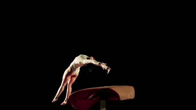 slo mo weibliche turner bei der handstandüberschlag auf gewölbe - gymnastikanzug stock-videos und b-roll-filmmaterial