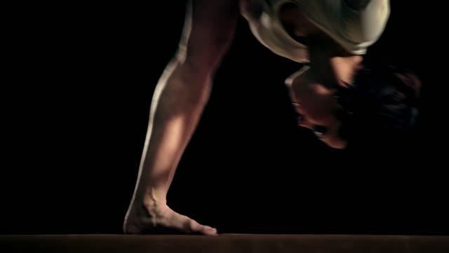 slo mo 雌 体操選手 のバランスを整えてビーム反転 - レオタード点の映像素材/bロール