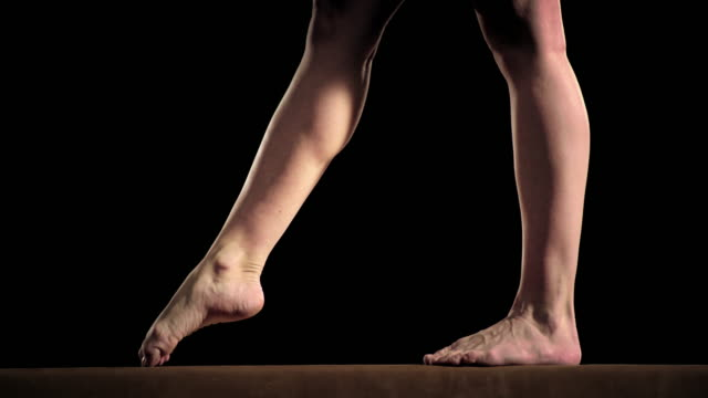 slo mo 雌 体操選手 側転オンバランスビームによる - レオタード点の映像素材/bロール