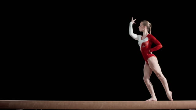 Femme gymnaste spectacle routine sur Poutre