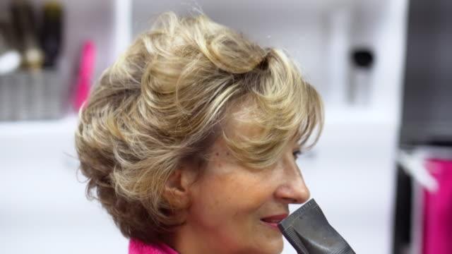 Weibliche Friseur und ältere Frau in einem Friseursalon