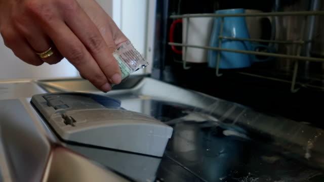 vídeos de stock, filmes e b-roll de carregamento de mão feminina máquina de lavar louça - stock vídeo - maquinaria