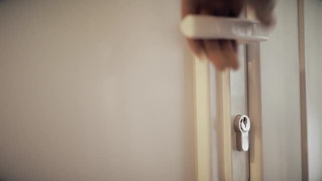 vidéos et rushes de main femme ouvrant la porte du vestiaire - porte structure créée par l'homme