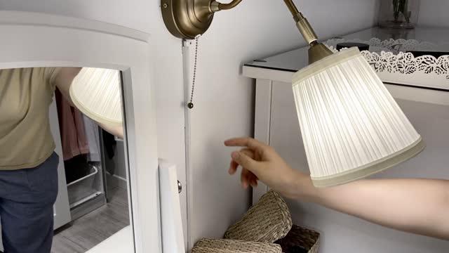 stockvideo's en b-roll-footage met female hand pulling light switch of a wall lamp - elektrische lamp