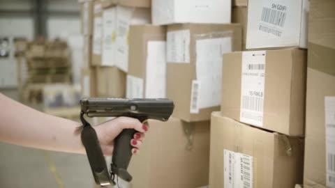 vídeos y material grabado en eventos de stock de mano femenina paquetes la exploración con un escáner de mano - correspondencia