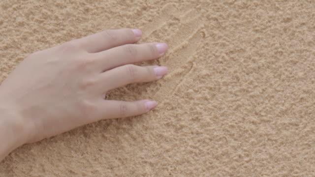 kvinnlig hand röra sand - människofinger bildbanksvideor och videomaterial från bakom kulisserna