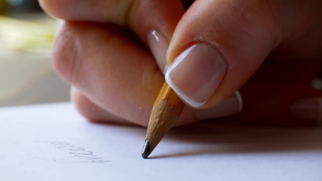vídeos de stock e filmes b-roll de female hand writing on paper - trabalhadora de colarinho branco