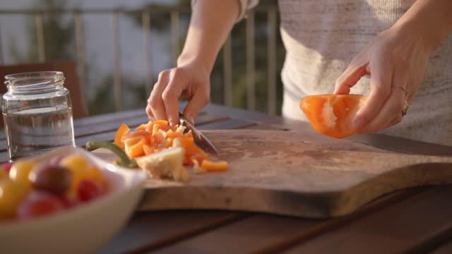weibliche hände hacken frischen orangenpfeffer - orangefarbige paprika stock-videos und b-roll-filmmaterial