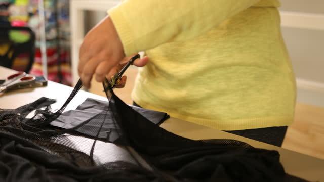 女性の手切断布 - チョークの跡点の映像素材/bロール