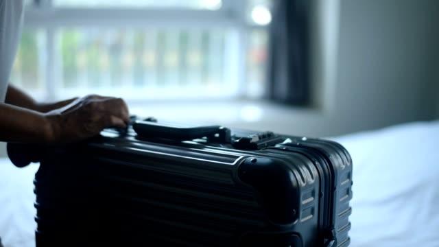 vidéos et rushes de femelle mains entrer le code secret et ouverture valise. - valise
