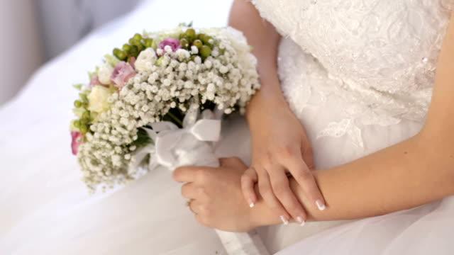 mani femminili che tengono un bouquet di nozze - solo ragazze video stock e b–roll