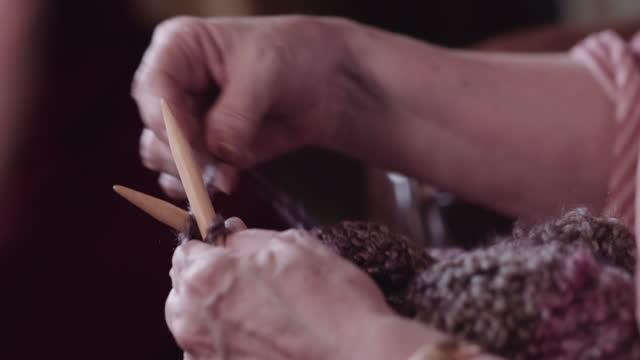 vídeos y material grabado en eventos de stock de manos femeninas tejiendo. - articulación humana