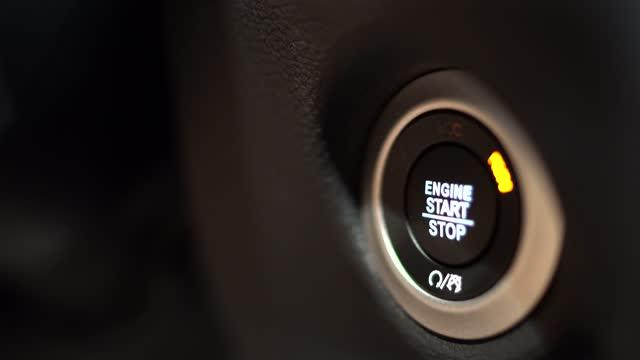 車のエンジンのオン/オフを開始する女性の手 - 車のキー点の映像素材/bロール