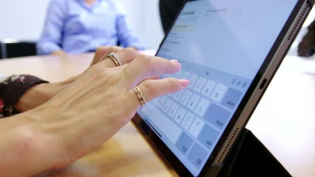 weibliche hände binden auf einem digitalen tablet - nicht erkennbare person stock-videos und b-roll-filmmaterial