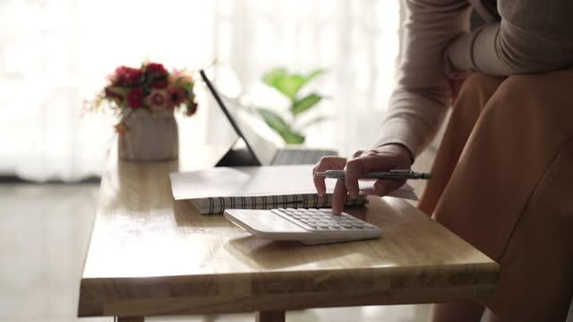 vídeos de stock e filmes b-roll de female hands using calculator calculates accounting budget - trabalhadora de colarinho branco
