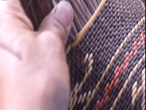 vidéos et rushes de female hands weave basket venezuela - tisser