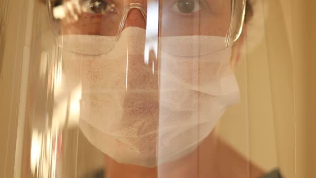vídeos de stock, filmes e b-roll de trabalhadora de saúde feminina extrema close-up - protective workwear