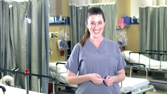 vídeos y material grabado en eventos de stock de trabajadora de la salud femenina de pie en la sala del hospital - encuadre cintura para arriba