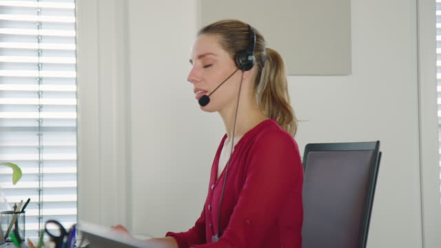 vídeos y material grabado en eventos de stock de representante del servicio de asistencia femenina hablando con el cliente - técnico telefónico