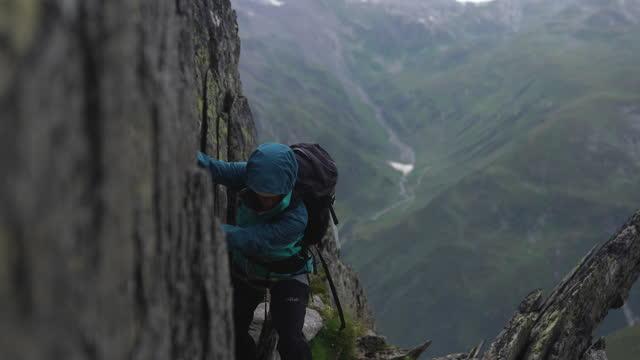 vídeos y material grabado en eventos de stock de senderista femenina caminando con cuidado a lo largo de un peligroso camino de montaña rocoso - riesgo