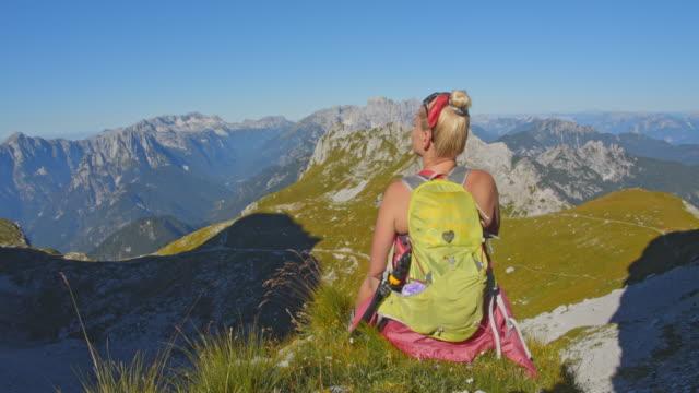 stockvideo's en b-roll-footage met ws vrouwelijke wandelaar genieten van een frisse lucht in de julische alpen - julian alps