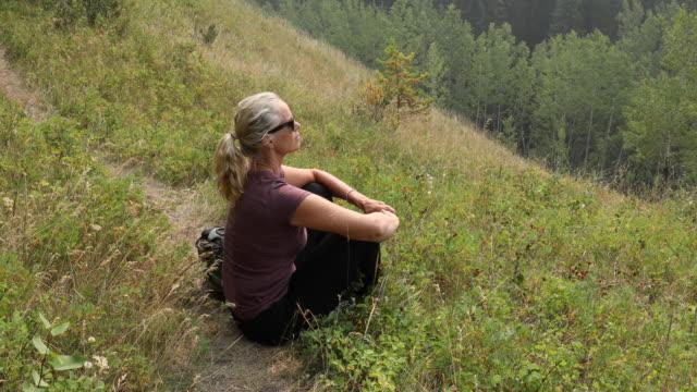 Weibliche Wanderer hält auf Trail, Entspannung in Gräsern