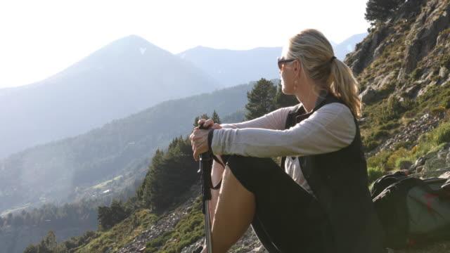 vídeos y material grabado en eventos de stock de female hiker relaxes in mountain landscape - cabello recogido