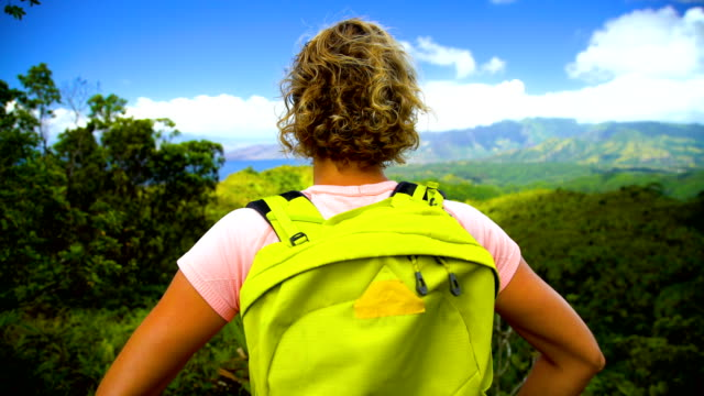 vídeos de stock e filmes b-roll de female hiker scenic coastline nahoe mountains hiva oa - territórios ultramarinos franceses