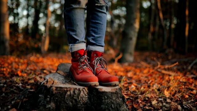 vídeos de stock e filmes b-roll de female hiker - bota