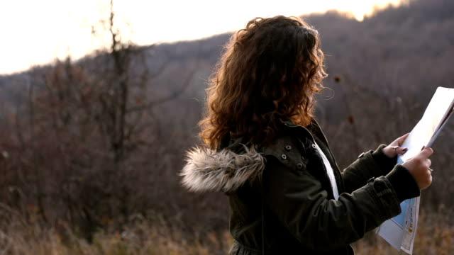 vidéos et rushes de randonneuse marchant dans la forêt de montagne - pinacée