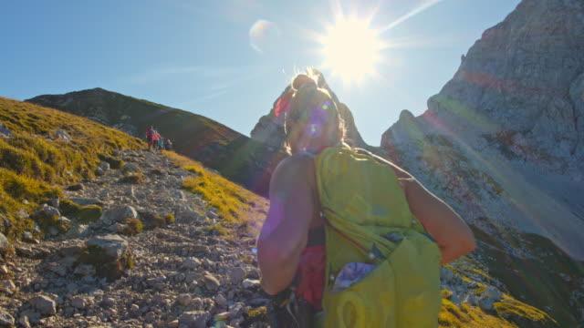 stockvideo's en b-roll-footage met ms vrouwelijke wandelaar wandelen op een bergpad - julian alps