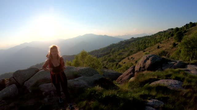 Weibliche Wanderspaziergänge entlang des Bergrettung bei Sonnenaufgang