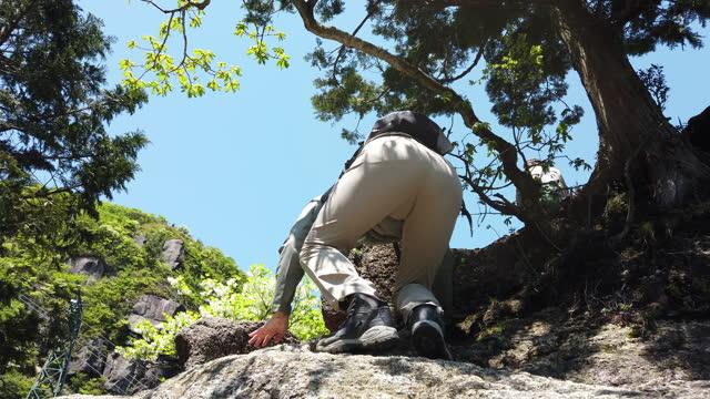 vidéos et rushes de randonnée femelle seule dans les montagnes - voie piétonne