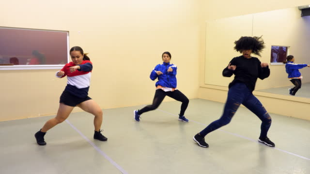 stockvideo's en b-roll-footage met ms female hip hop dance group practicing in dance studio - dance studio