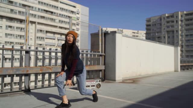 vidéos et rushes de danseuse hip hop femelle - breakdance
