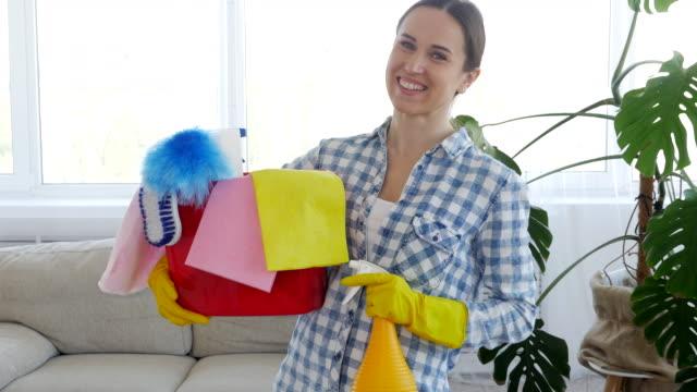 stockvideo's en b-roll-footage met vrouwelijke bedrijf emmer met schoonmaakproducten - afwashandschoen