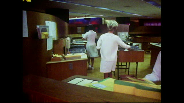 vídeos y material grabado en eventos de stock de female hospital workers in mayo clinic; 1972 - estación de enfermeras