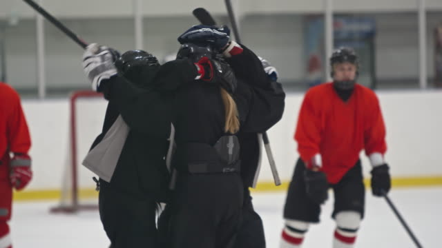 stockvideo's en b-roll-footage met female ice hockey team hugging in celebration - viering
