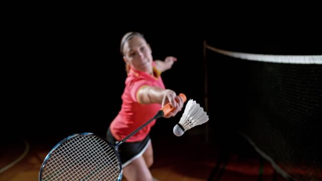 vídeos de stock, filmes e b-roll de slo mo feminino jogador de badminton indoor bater uma peteca - badmínton esporte