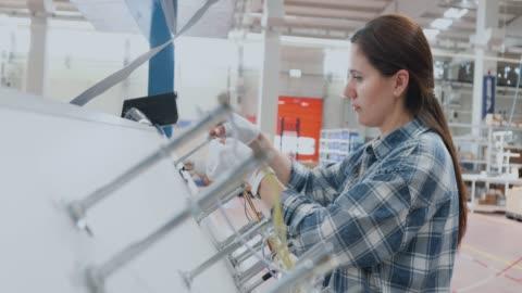 vídeos y material grabado en eventos de stock de trabajadora industrial femenina que trabaja con equipos de fabricación en una fábrica - pieza de máquina