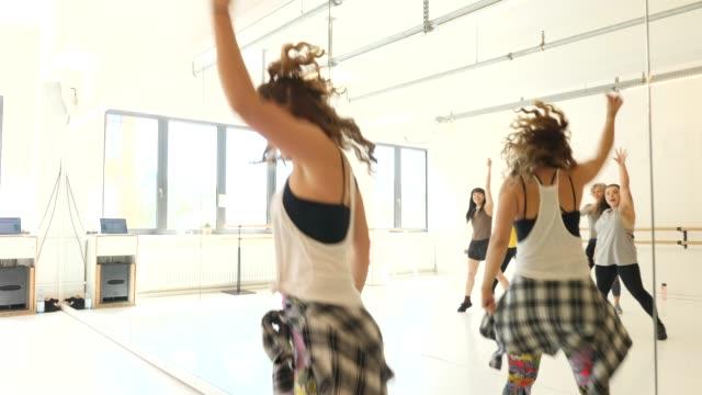 lehrerin zeigt tanzbewegungen im unterricht - sportkleidung stock-videos und b-roll-filmmaterial