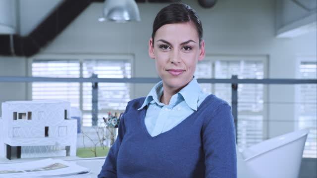 LD weibliche Innenarchitekt auf video rufen Sie mit Kunden