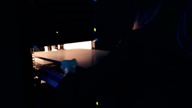 vídeos de stock, filmes e b-roll de feminino-engenheiro terminar o trabalho com o super computador - pouca luz