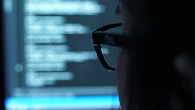 vídeos de stock, filmes e b-roll de engenheira de ti feminina trabalhando e programa de codificação à noite - vigilância