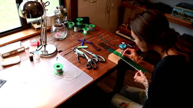 自宅で働く女性ジュエリー - スモールオフィス点の映像素材/bロール
