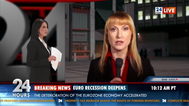 vidéos et rushes de hd: journaliste féménine signaler les actualités en direct à la télévision - histoire