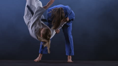 vídeos y material grabado en eventos de stock de slo mo ld hembra judoka en traje azul lanzando su oponente en el suelo - concursante